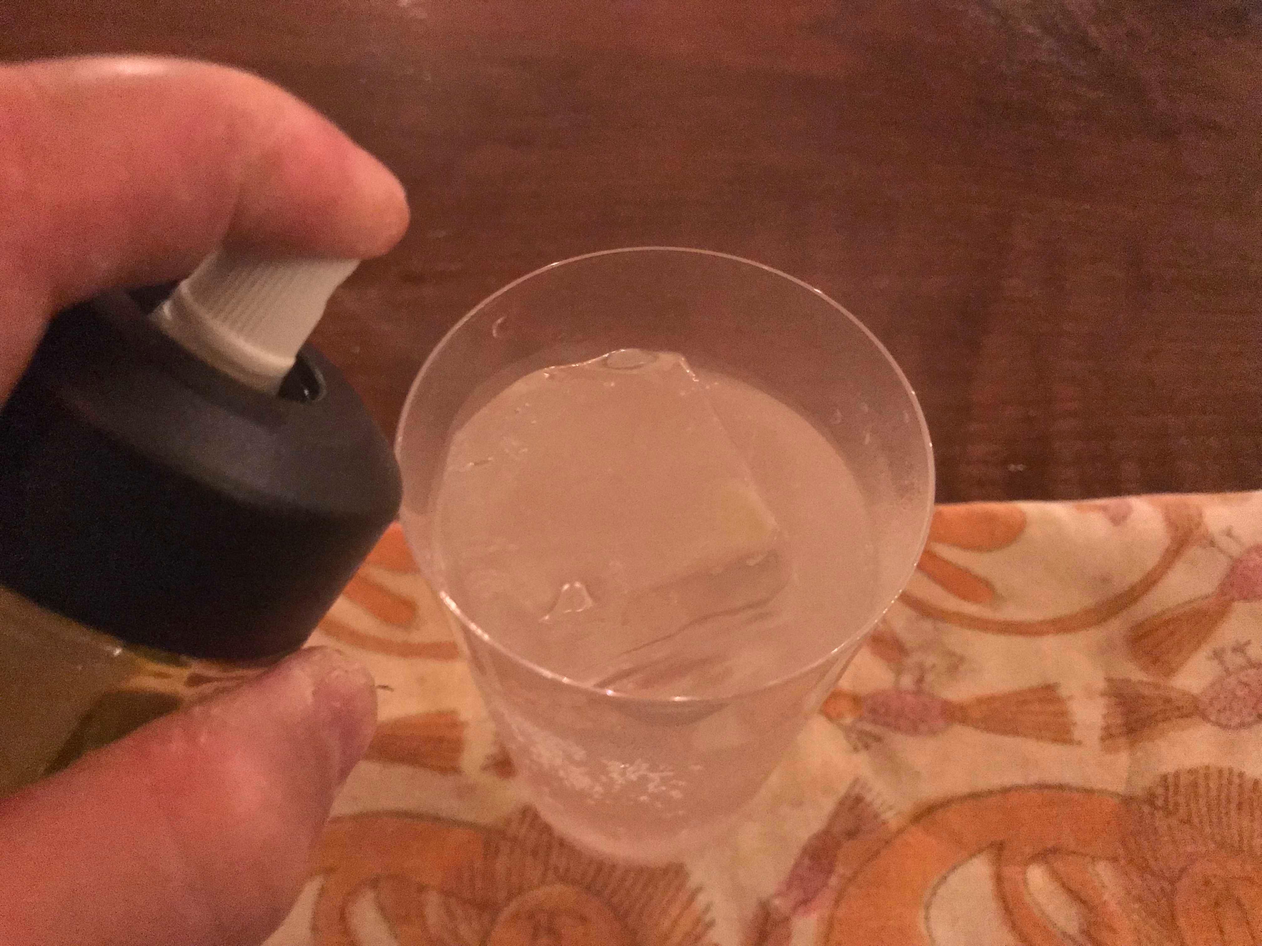 ジントニックにアトマイザーでオリーブオイルを吹きかける