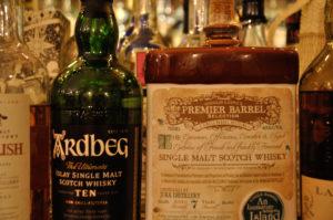カウンターの上に並ぶウィスキーのボトル