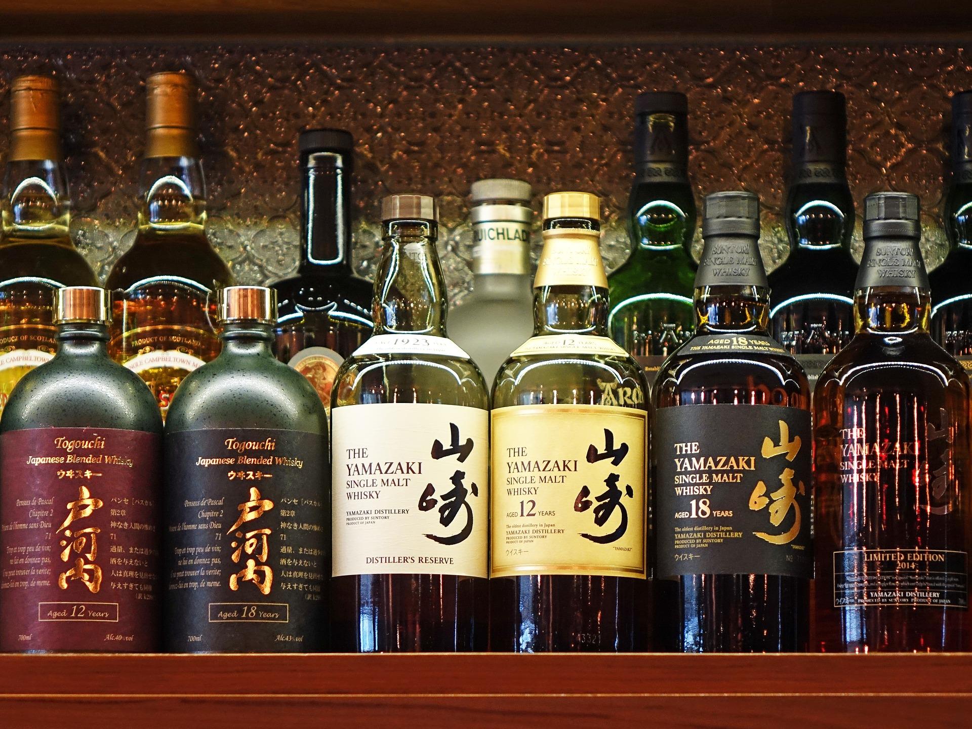 酒棚に並ぶウィスキーのボトル