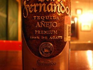 ドン・フェルディナンド アネホのボトル 100%テキーラの文字が書かれている