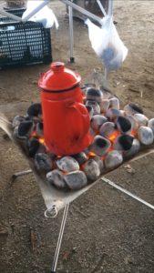 焚火台の上で焚く豆炭