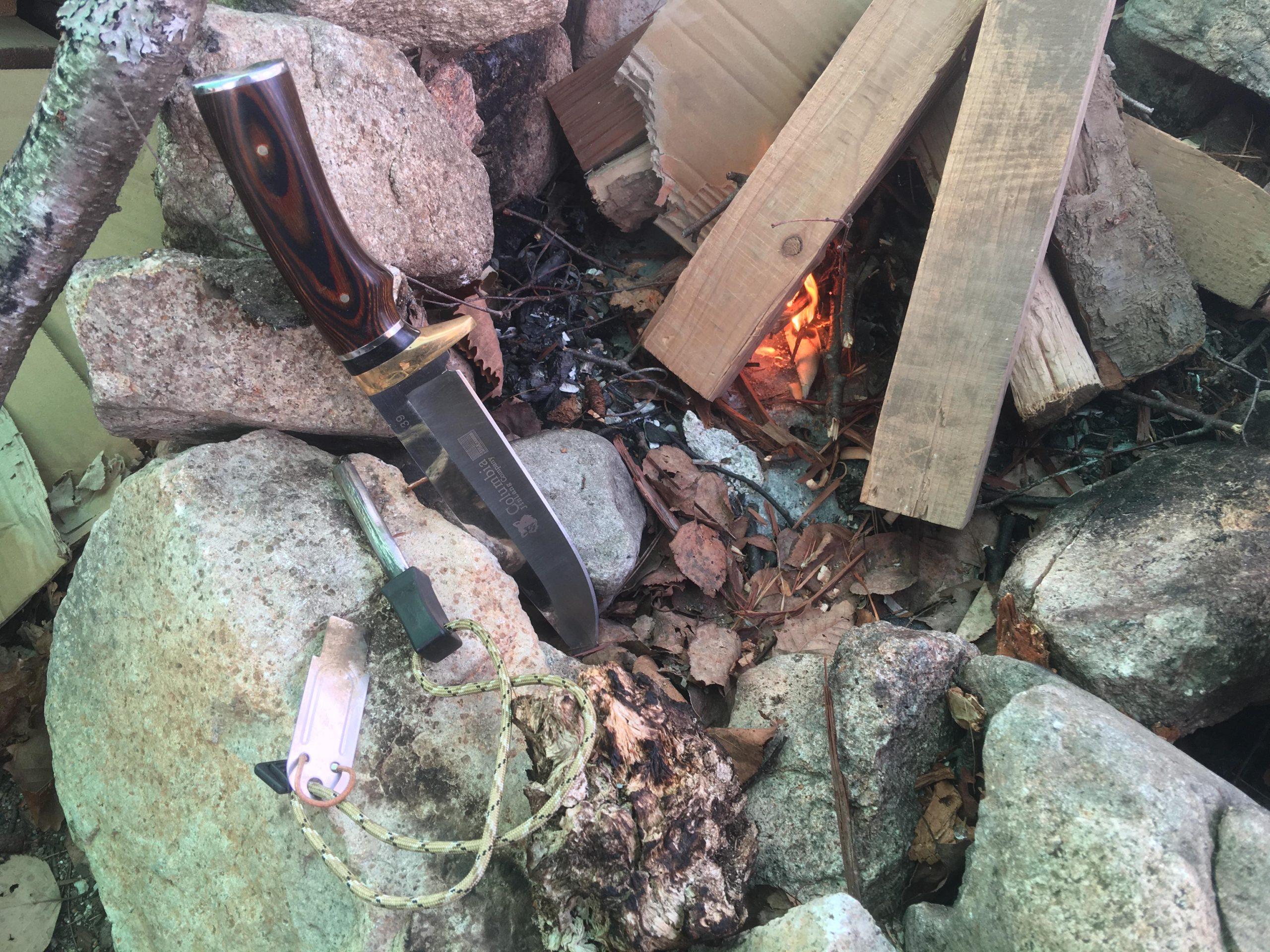 ナイフとファイヤースターターでおこした焚火