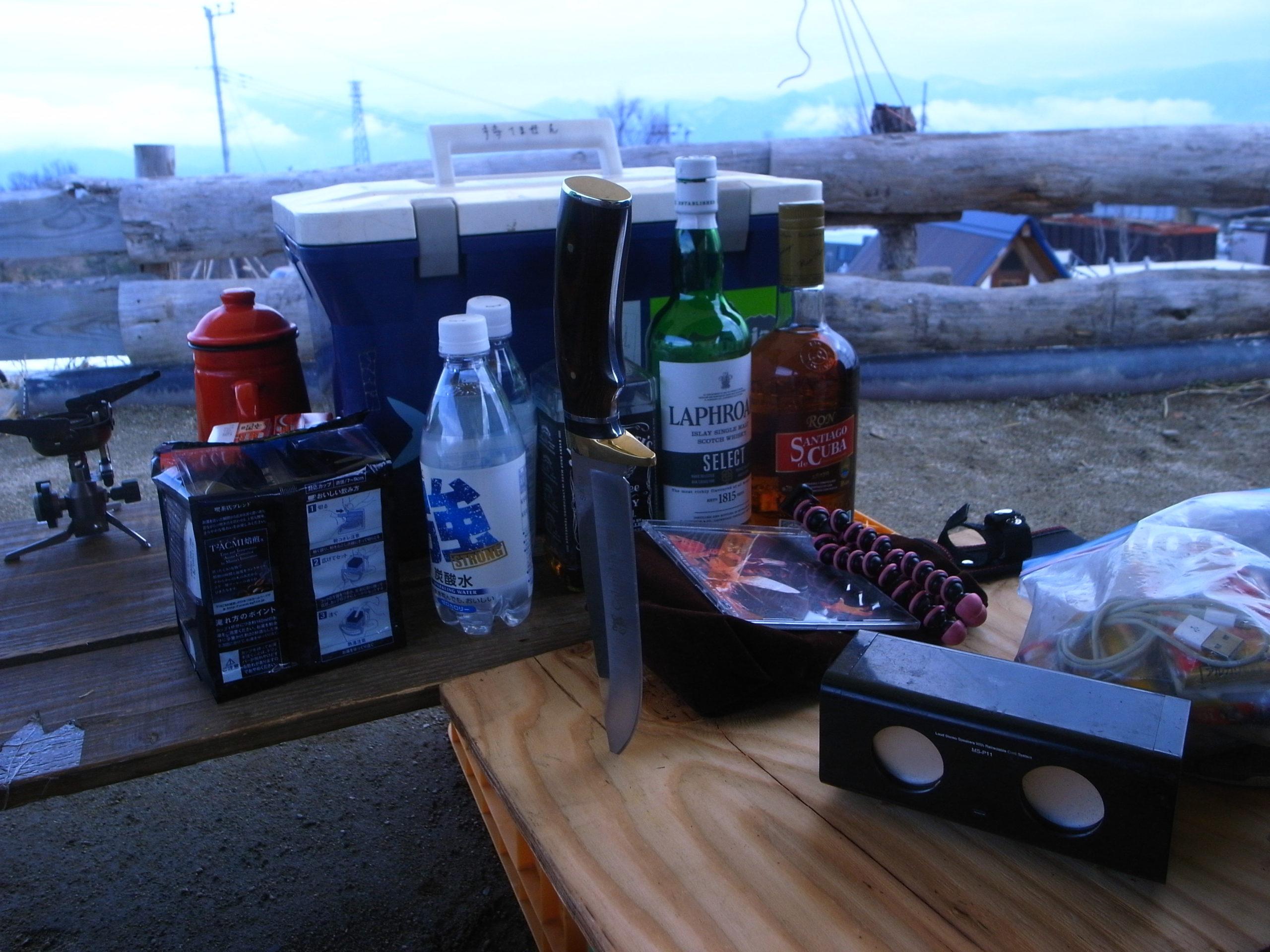 キャンプ用品が並ぶテーブル