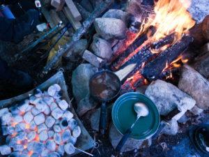 豆炭と焚火。焚火で暖められているシチュー