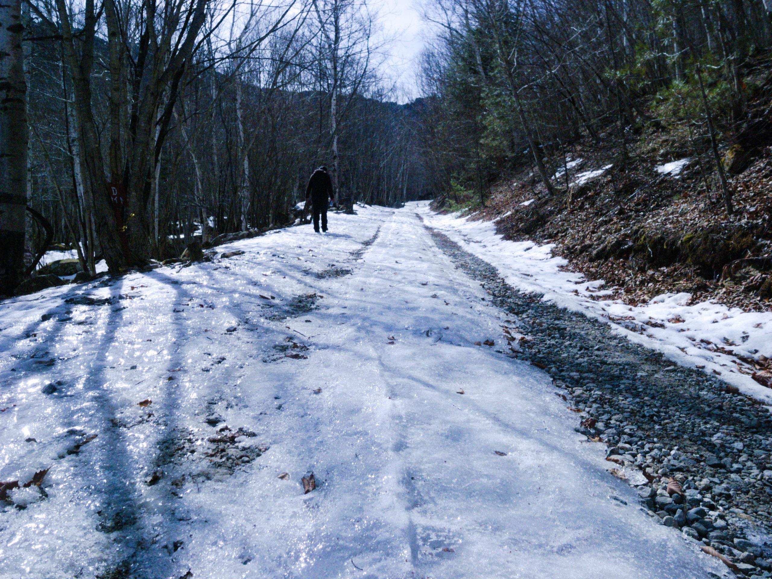 廻り目平キャンプ場の凍結した路面