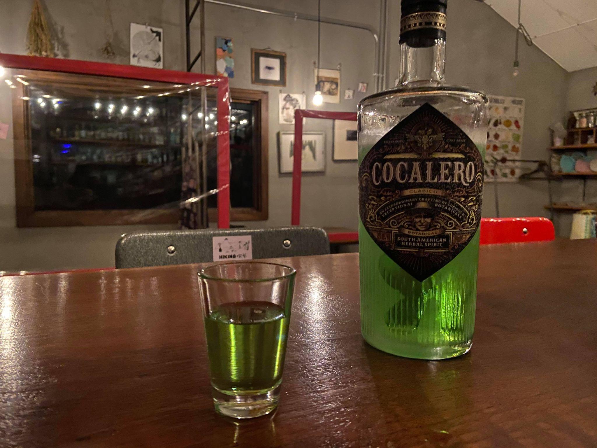 コカレロのボトルとグラスに注いだコカレロ