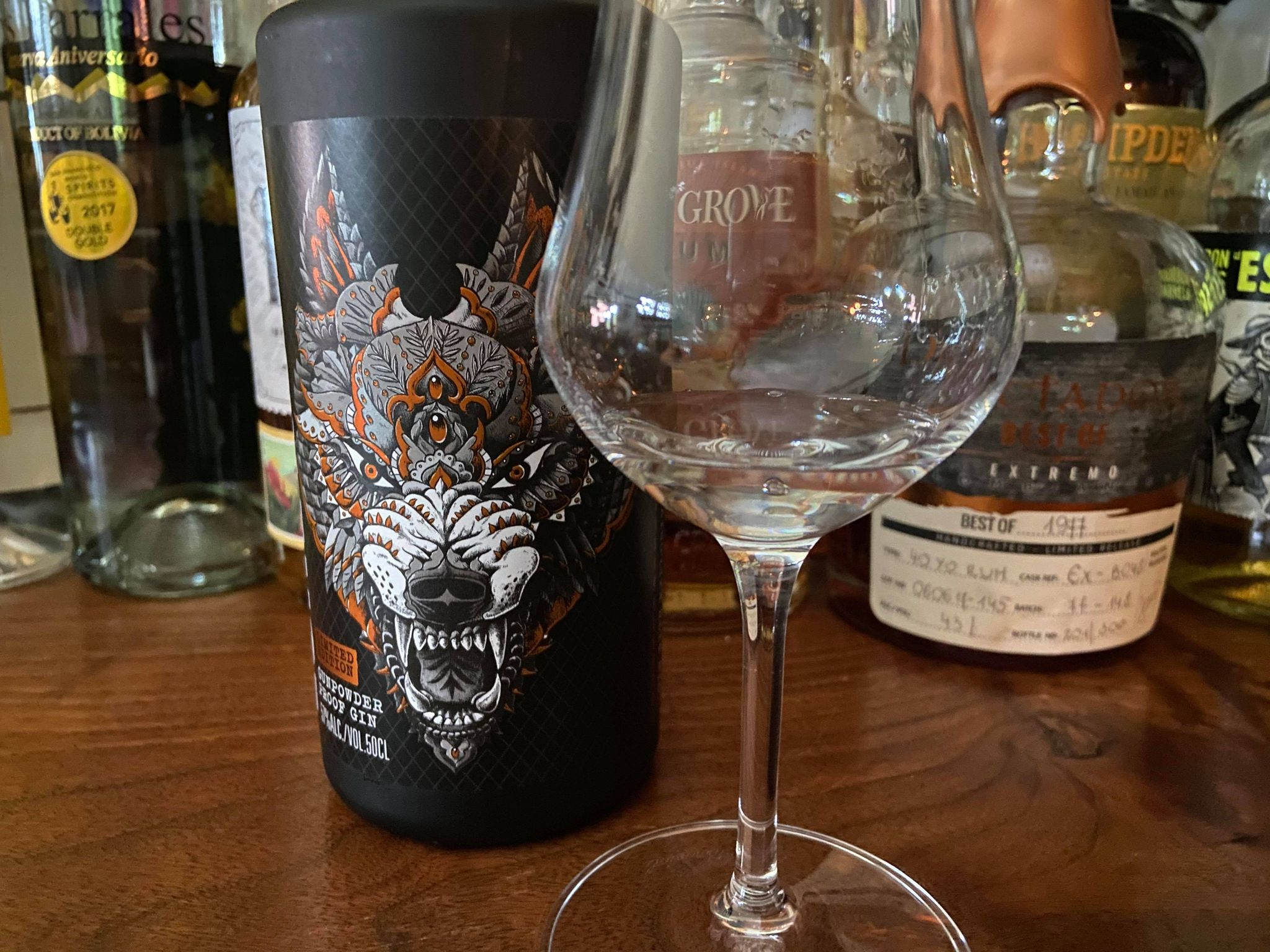 グラスに注がれたローンウルフガンパウダージン